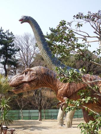 ブラキオサウルスとティラノサウルス(岡崎市東公園)