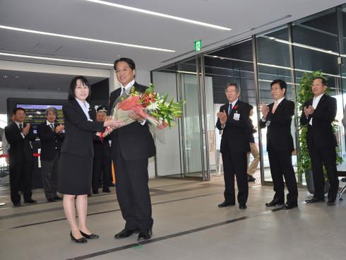 岡崎市役所へ初登庁(2012年10月22日)